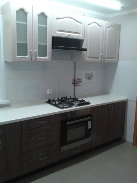 прямая кухня, белый верх - темный низ