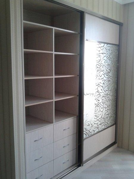 шкаф-купе в спальню с рисунком на зеркало