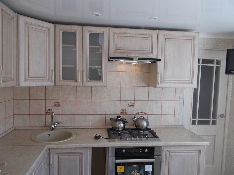 кухня угловаяв бежевых тонах